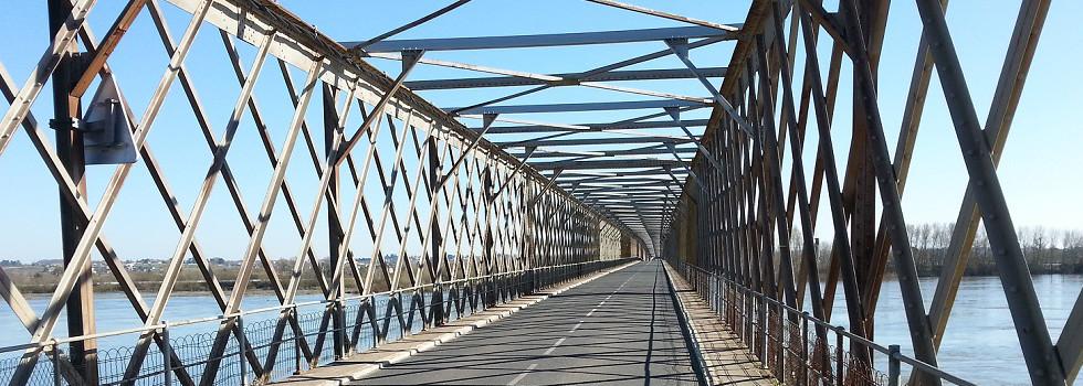 RALLYE 2CV _ LA 2CV ATTITUDE _ traversée de la LOIRE sur le pont de MAUVES